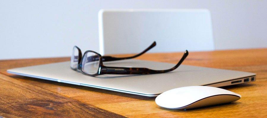 Brille Arbeitsplatz (Bild: Pixabay)