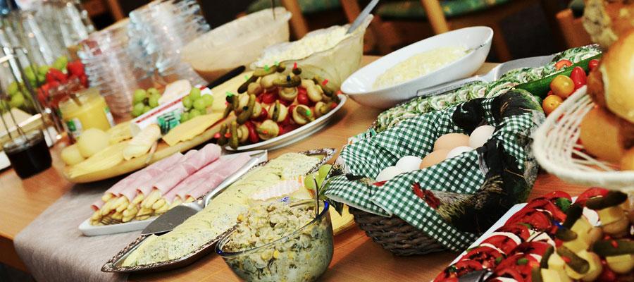Essen bei Firmenfeier (Bild: Pixabay)